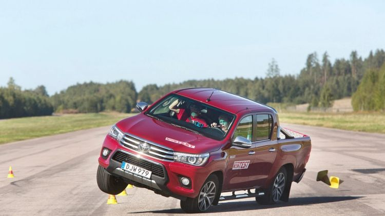 articleleadwide-the-new-toyota-hilux-failed-a-swedish-moose-testgsbqt9