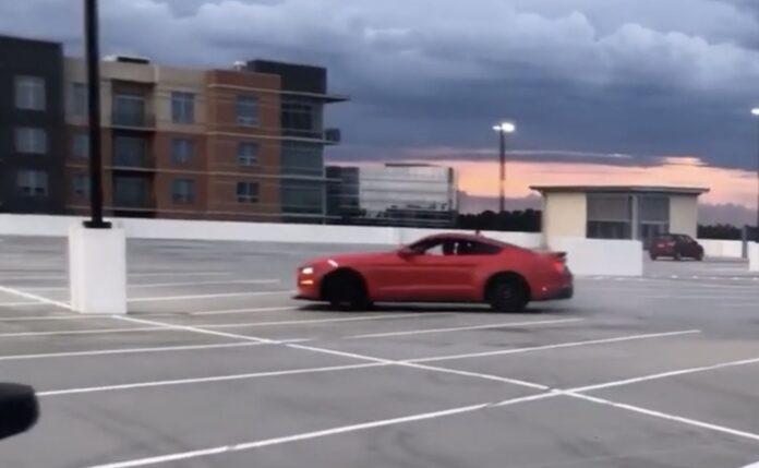 Ford Mustang kører galt