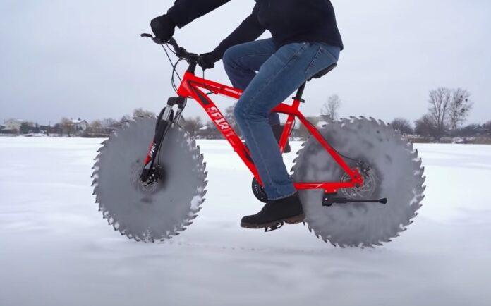 Cykel med savklinger som hjul