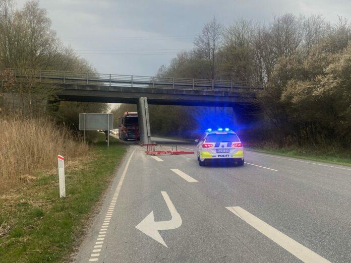 Lastbil sætter beton fast under bro