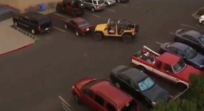 Jeep trækker bil væk
