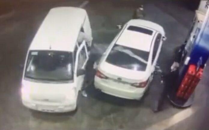 Tvinger røvere væk med benzin