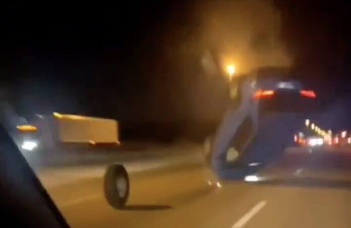 Bil rammer løst hjul på motorvejen