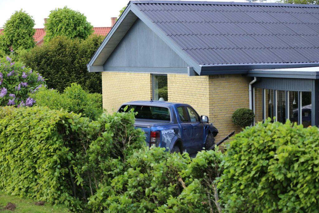 Ford Raptor kørte ind i et hus