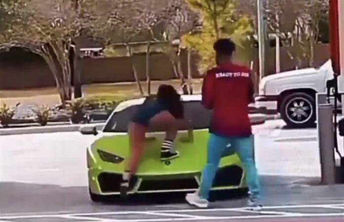 Kvinde står på Lamborghini