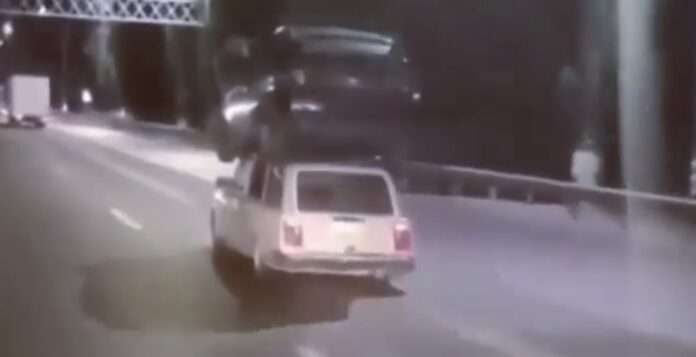 Bil på taget af bil