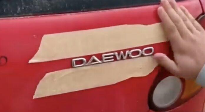Fjerne emblemer på bilen