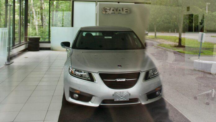 En Saab 9-5X står som den eneste bil tilbage i en forladt Saab-forretning i USA.