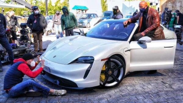 Dwayne Johnson kan ikke klemme sin krop ind i en Porsche Taycan