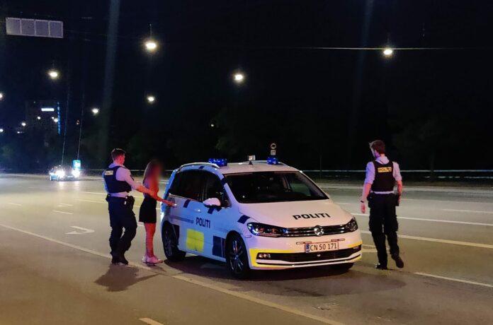En kvinde oplyse en falsk identitet, da hun tirsdag aften blev stoppet i bil i det centrale Aarhus