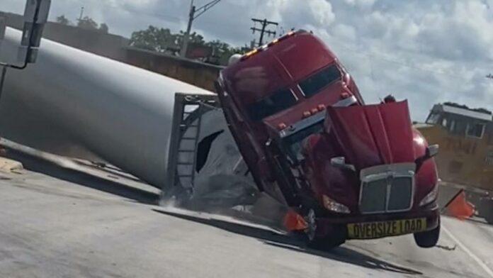 En lastbil med en møllevinge på slæb blev søndag i uge ramt af et tog i Texas
