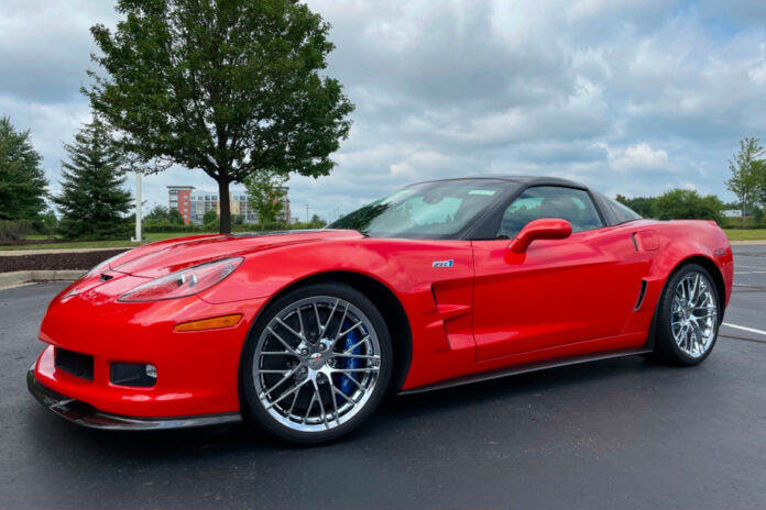 En Corvette C6 ZR1 med bare 24 miles på speedometeret kan blive din