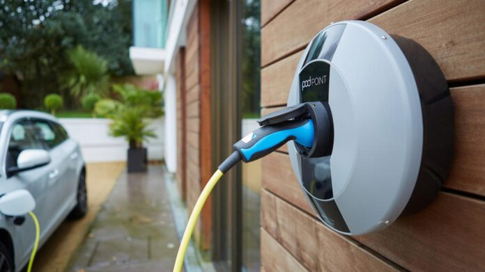 Som det første land i verden vil det i England snart være et krav, at alle nyopførte hjem og huse bliver udstyret med en ladestander til elbiler. Det samme vil gælde alle nye kontorbygninger.