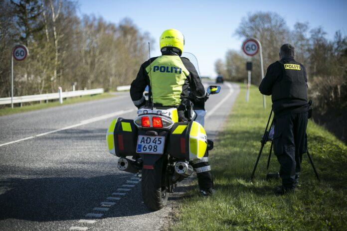 Tirsdag eftermiddag ringede en bilist til Nordsjællands Politi - han var blevet slået i hovedet af en motorcyklist.