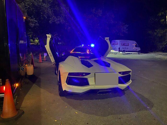 En bilist måtte mandag i sidste uge tage rugsbrødmotoren i brug for at komme hjem, efter at engelsk politi beslaglagde en Lamborghini Aventador.