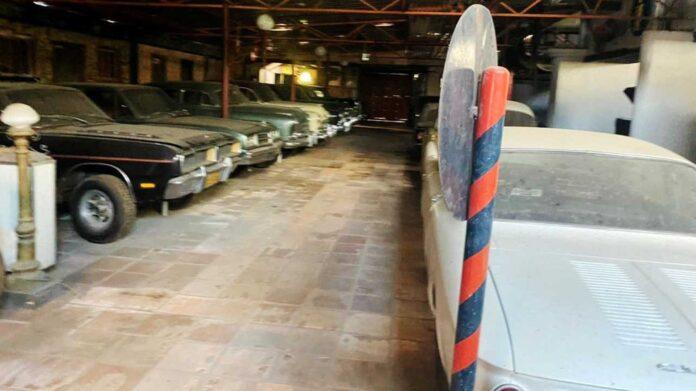 Nogle teenagere har fundet en forladt bilsamling i Brasilien