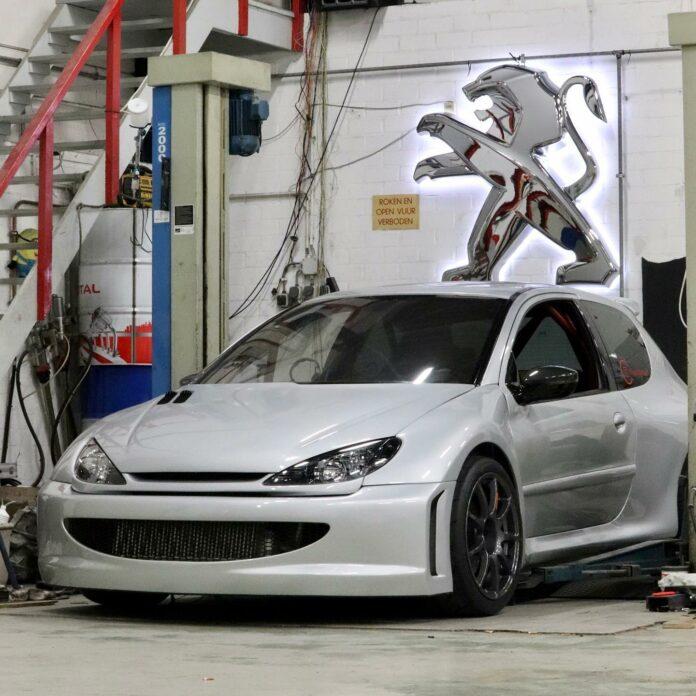 Hollandske Emile Mulder kører Peugeot 206 med turboladet V6-motor på 2,9-liter. En bil der foreløbig har 487 hestekræfter.