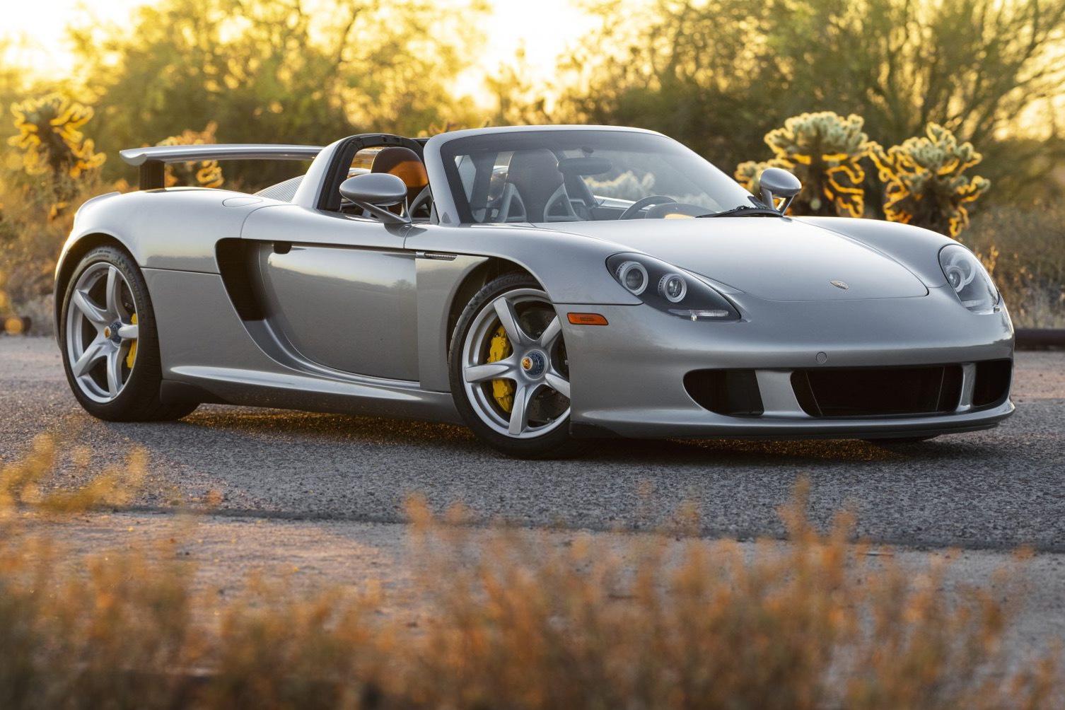 Er der noget, de rigtigt rige bilkøbere kan slås om, så er det hvor meget en Porsche Carrera GT skal koste.