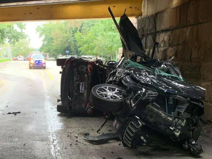 En bil med to andre biler på slæb har ramt en bro i byen Radnor i USA