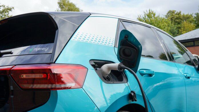 I Californien vil man forbyde salget af nye diesel-og benzinbiler allerede i 2030. England vil det samme.