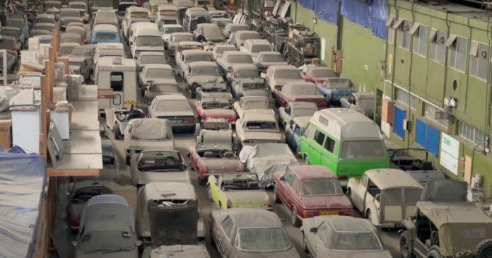 I en lade i London-bydelen Tottenham er 174 meget støvede biler dukket op. De er alle sammen til salg.