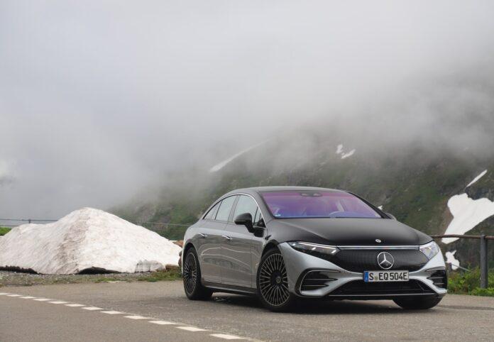I begyndelsen af august kunne den danske Mercedes melde ud, at man nu er klar med prisen på den elektriske S-Klasse, EQS. Og den er billigere end sin fossildrevne søster.