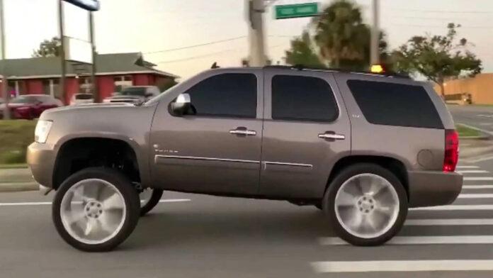 Den amerikanske delstat North Carolina har gjort en særlig bilsænkning, carolina sqaut, forbudt. Det kan koste kørekortet at køre videre med det efter den 1.december 2021
