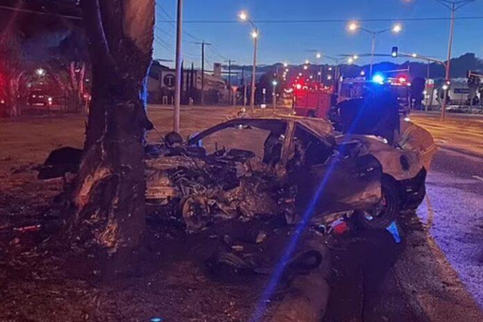 En Ford Mustang er forulykket i den australske by Melbourne. Her ramte bilen et træ og eksploderede, bilisten overlevede mirakuløst