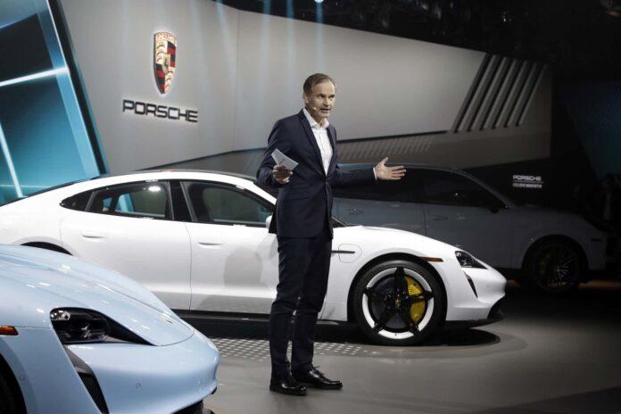 Porsches administerende direktør Oliver Blume mener ikke, at Lamborghini og Ferrari skal kunne slippe for at lave elbiler