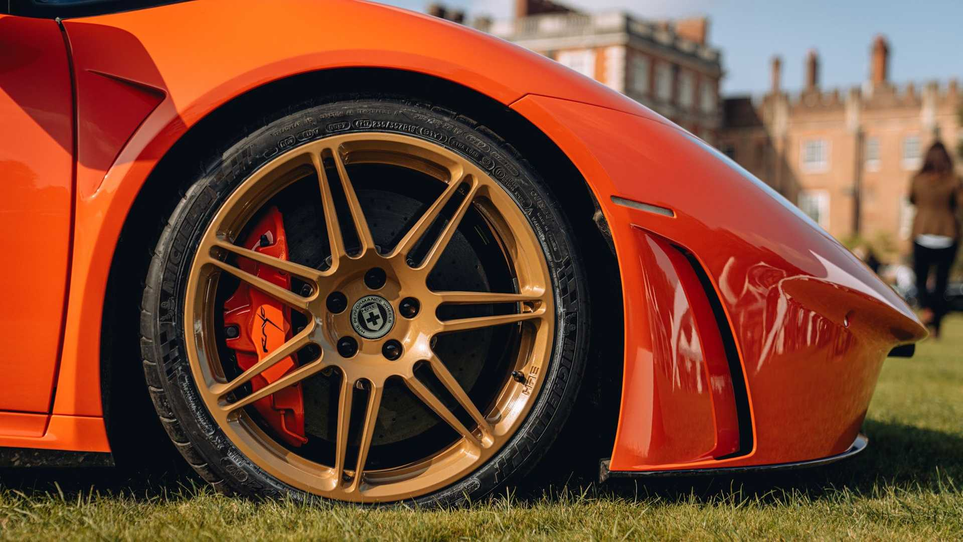 En specialbygget Lamborghini Huarcan fra England har øjenvipper og et mål om at køre 482 kilometer i timen.